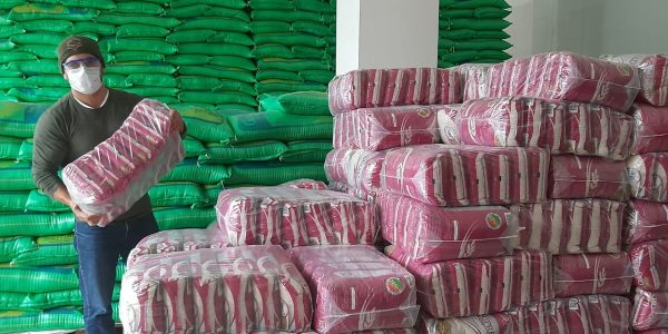Empresa «Granos de Oro Alimentos» dona arroz a comunidades de áreas protegidas.