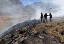Guardaparques apagando el incendio de Cotapata